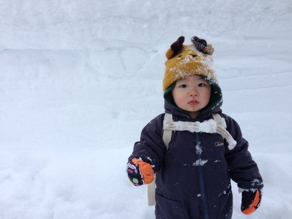 Little Hiroya kun enjoying his winter on the way home from school in Nozawa